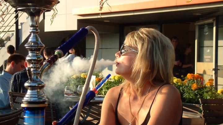 Дым в глаза во время пандемии: депутаты Санкт-Петербурга ополчились на кальянные