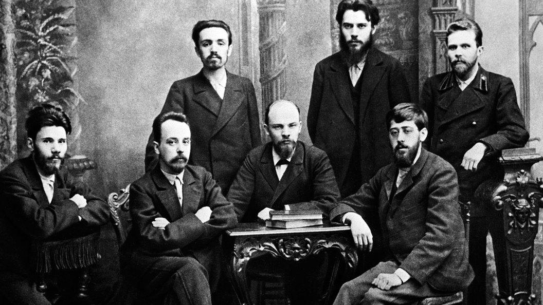 У кого получают зарплату профессиональные революционеры в России?