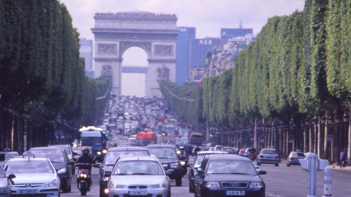 В Париже полиция эвакуировала район у Елисейских полей