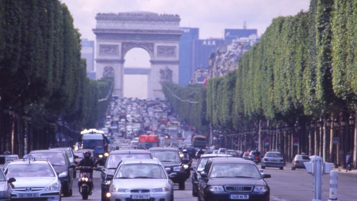 В Париже в протаранившей полицейских машине обнаружили оружие