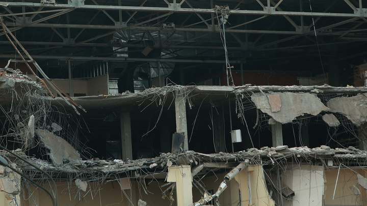 Жители Воронежа сняли на видео падение аварийного дома на проезжую часть