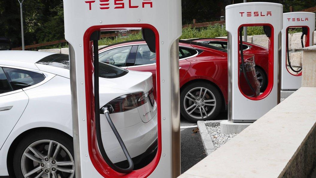 Рекорд электромобиля: Tesla Model S проехал 900 км без подзарядки