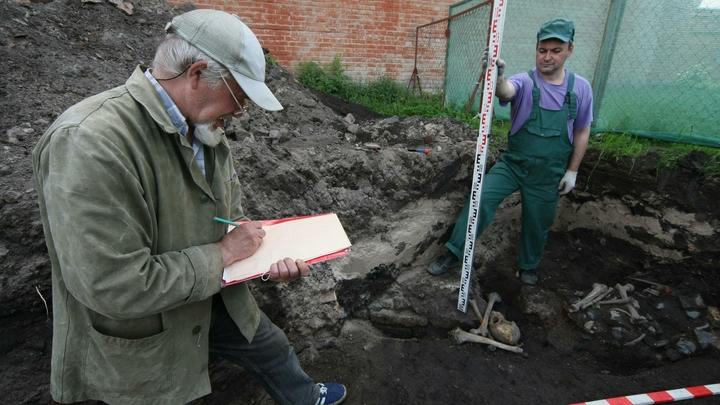 Археологи нашли в Великом Новгороде уникальный средневековый амулет и берестяную грамоту