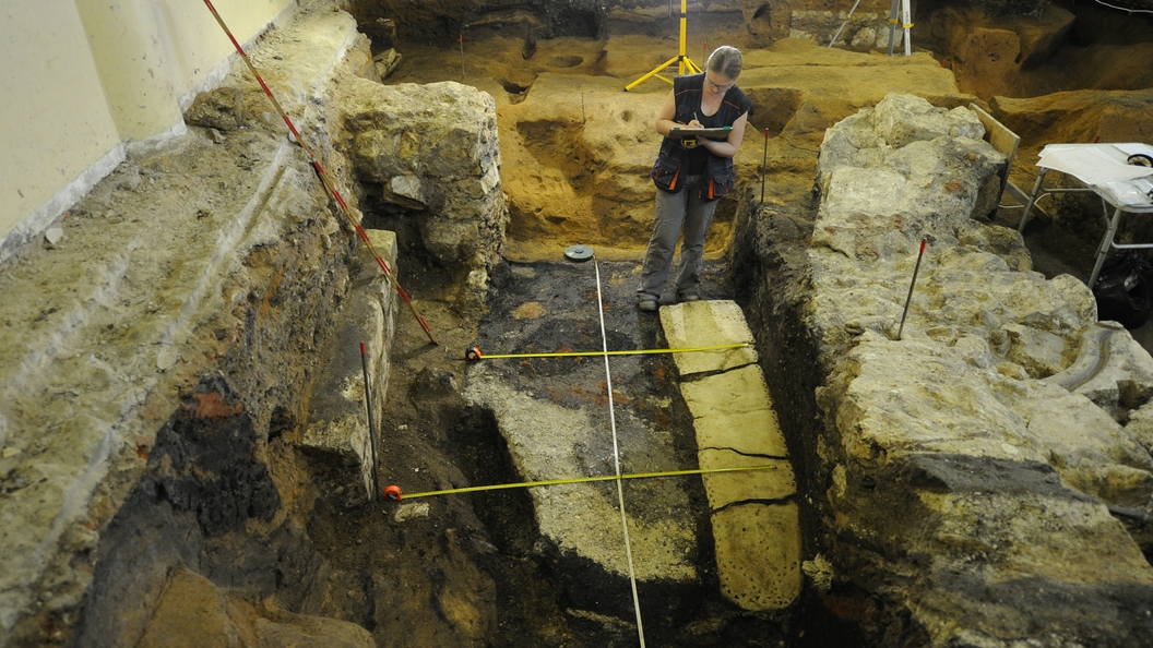 Археологи изучат секрет надгробной плиты приближенной Петра I