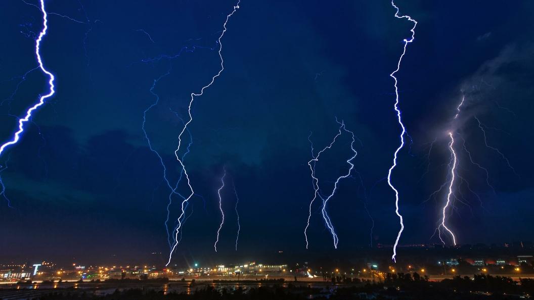 Два самолета повредила молния в небе над Москвой