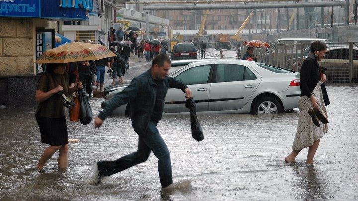 Пользователи соцсетей делятся кадрами московского потопа