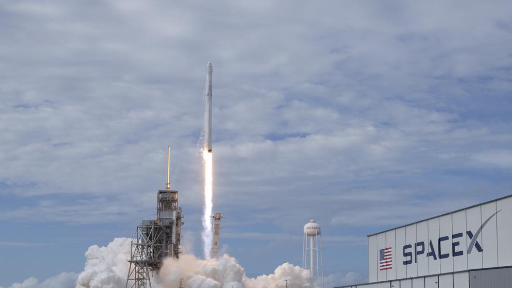 Космический грузовикDragon войдет в атмосферу Земли через пять часов