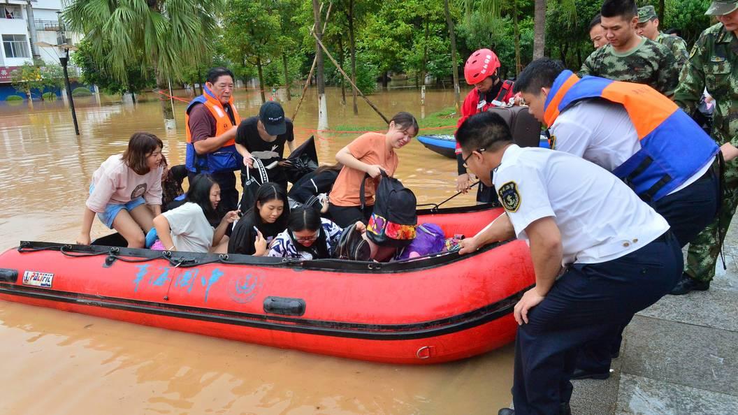 Десятки людей погибли в Китае из-за дождей
