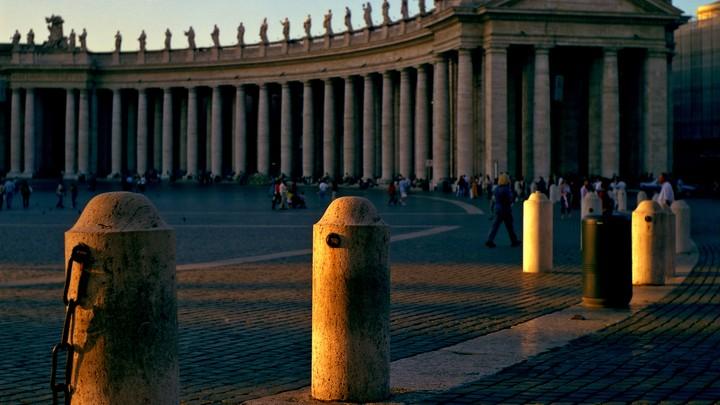 Скандал в Ватикане: личного советника Папы Римского обвиняют в разврате