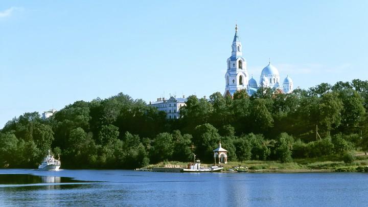 Патриарх Кирилл встретил президента Путина у врат Валаамского монастыря