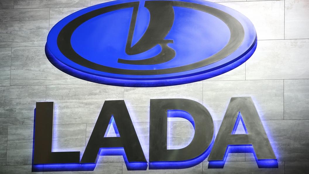 Lada Vesta SW Cross синего цвета попал в объективы фотошпионов