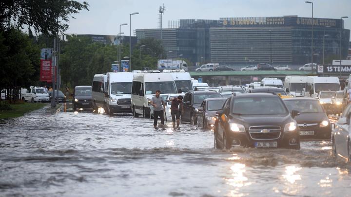 В Турции из-за урагана и ливней пострадали 10 человек