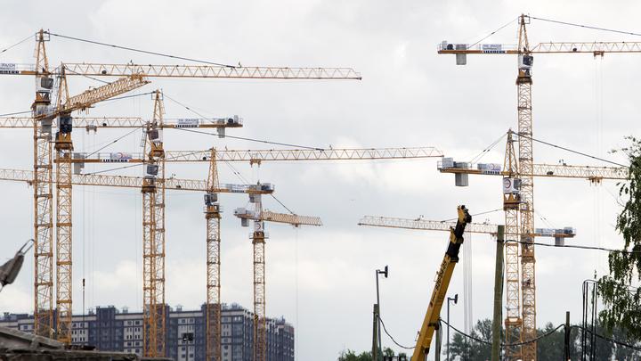 Новосибирские крановщики со стрелы башенного крана потребовали выплатить зарплаты