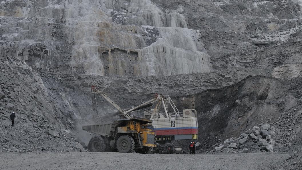 Более 100 человек эвакуируют из рудника в Якутии, в который прорвалась вода