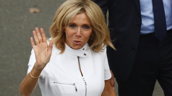 Во Франции собирают подписи против жены Макрона