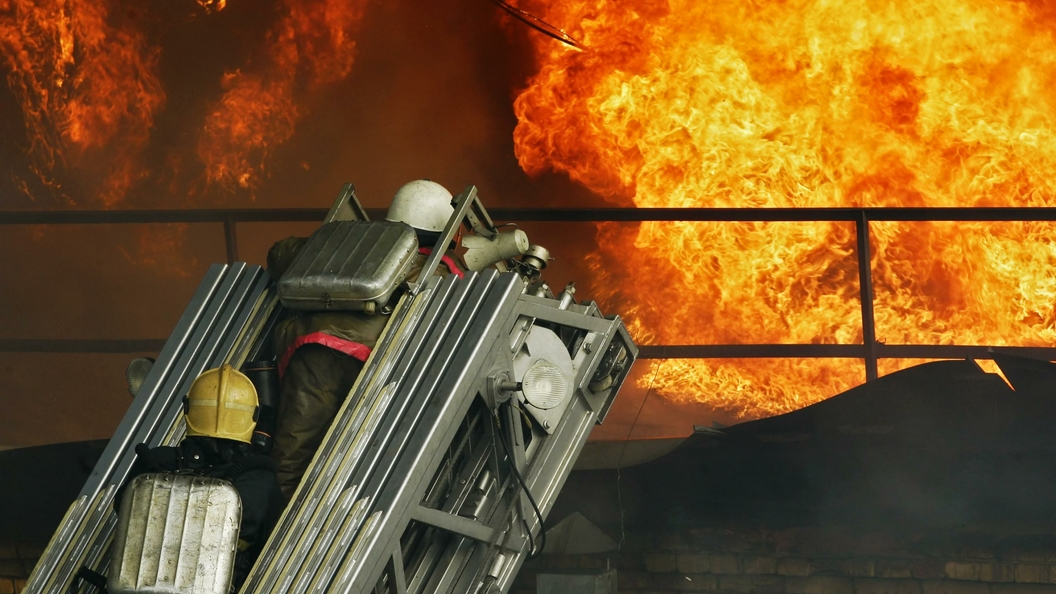 В Саратове тушат пожар в здании РОВД