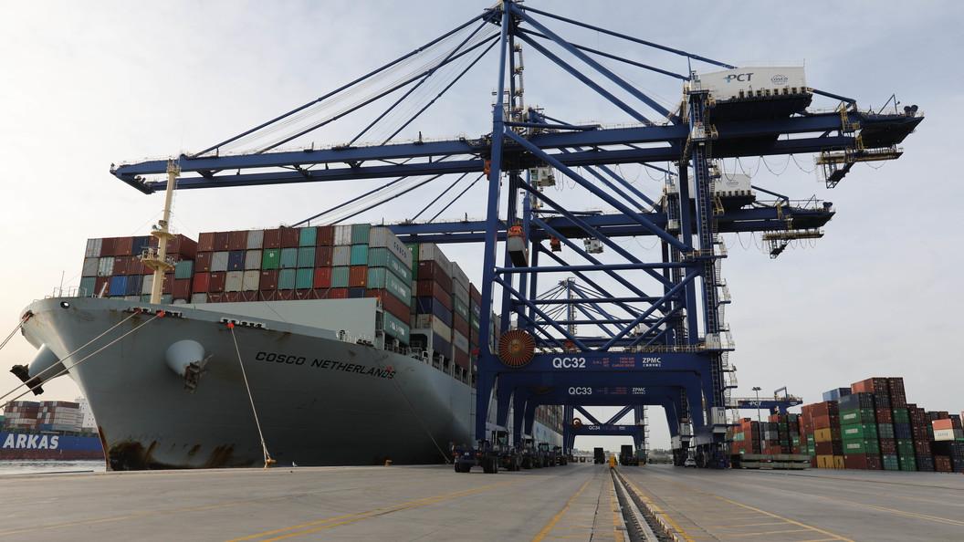 Севший на мель контейнеровоз из Гонконга заблокировал порт Антверпена