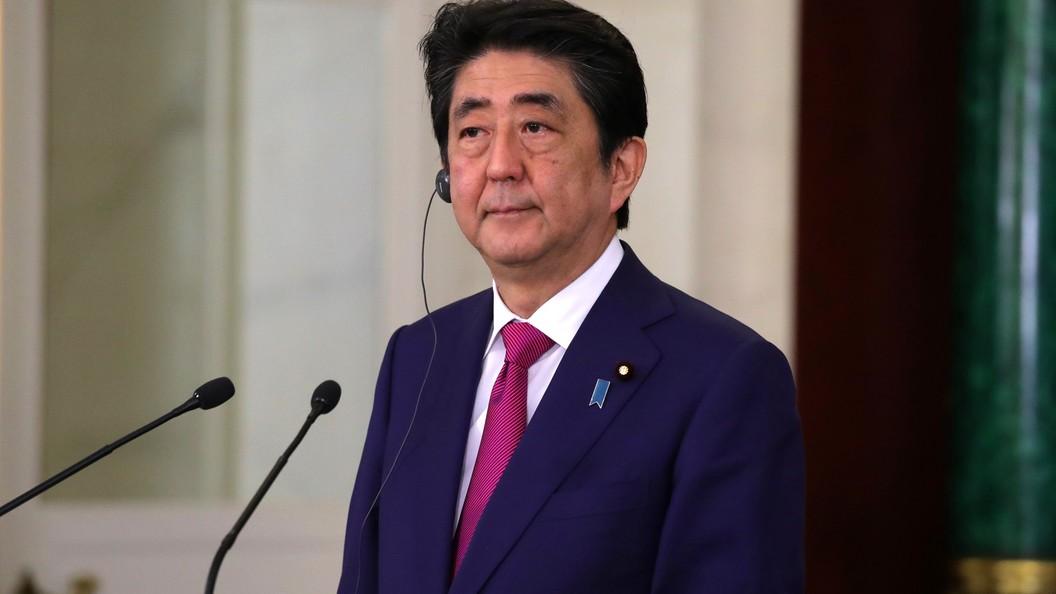 Синдзо Абэ направил подношение в храм, где похоронены военные преступники