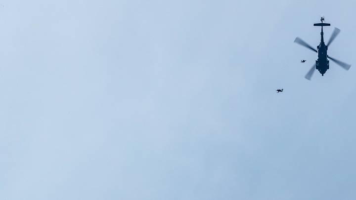 Спасатели ищут пять человек, пропавших после крушения военного вертолета США