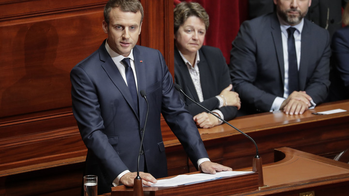 Опрос: более двух третей французов осуждают работу Макрона