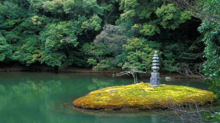 Две баржи одновременно затонули в Японии по неизвестной причине, есть жертвы