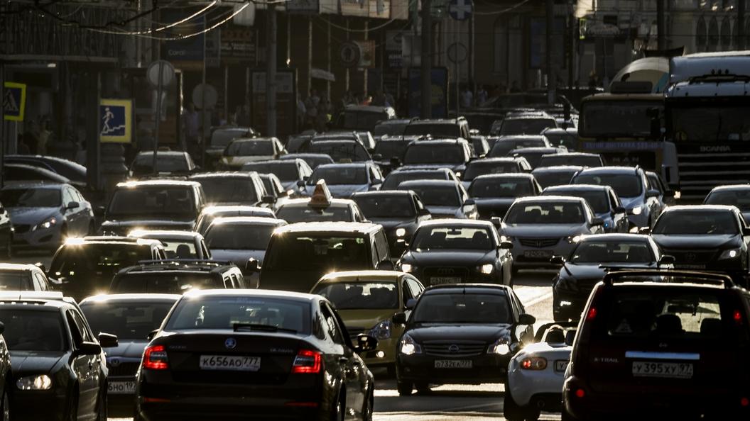 Впервые за два месяца: Москва стоит в огромных пробках