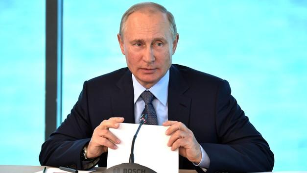 Путину подарили футболку с его портретом в темных очках