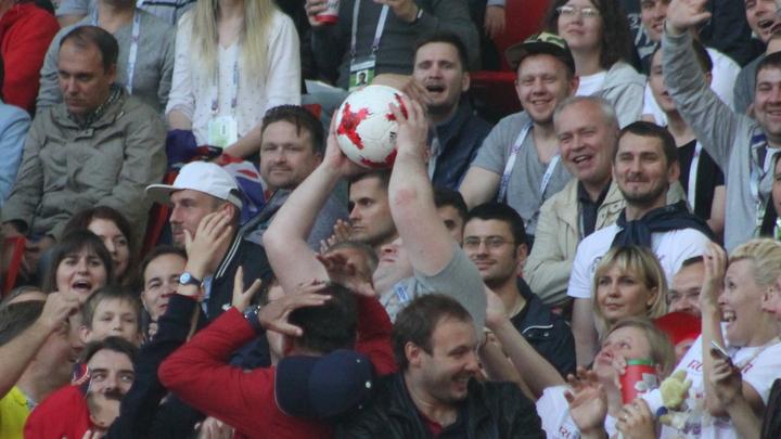 Сербские футбольные фанаты устроили флешмоб с российским триколором и сняли это на видео