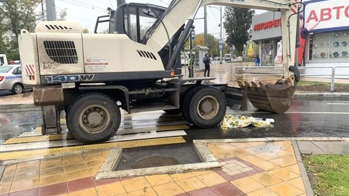 В Самаре на пешеходном переходе под колесами экскаватора погибла девушка