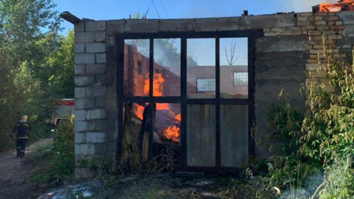 В Челябинске пожар, уничтоживший частные дома, помогали тушить поливальные машины