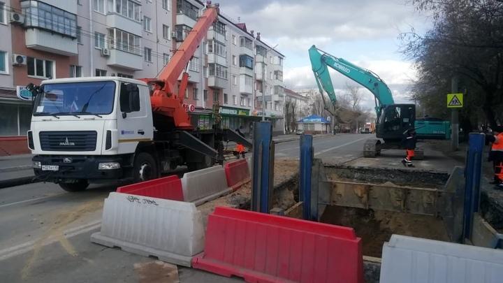В Кургане на улице Коли Мяготина ликвидировали первый провал канализации