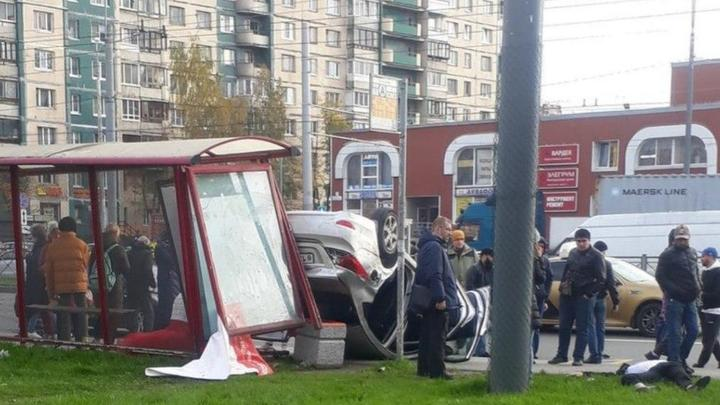 В Санкт-Петербурге машина с гостями свадьбы перевернулась и протаранила остановку по пути в ЗАГС