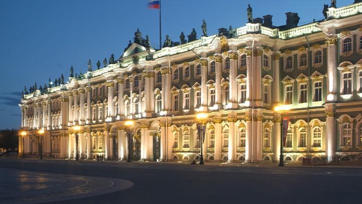 Гигантский монстр у Зимнего дворца простоял два месяца. Эрмитаж пресёк всякие претензии