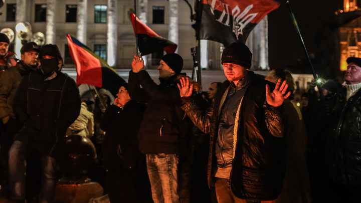 Украинские нацисты штурмуют православный храм УПЦ МП в Киеве
