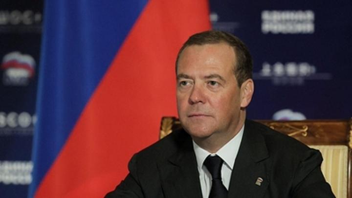 Медведев раскритиковал поборы с родителей в такси