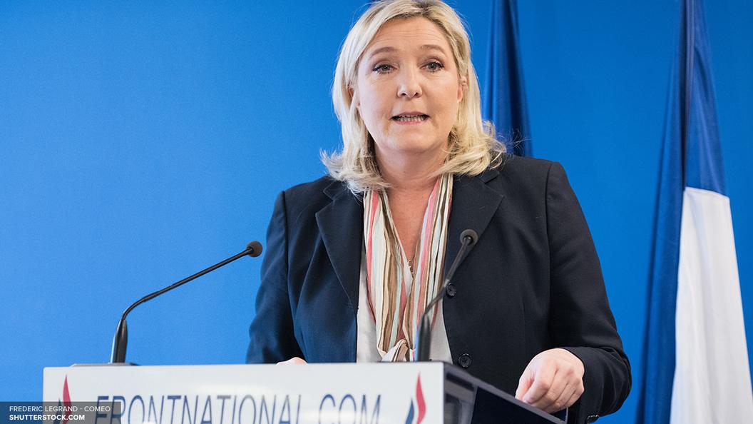 Провокации накануне выборов: Противники Ле Пен забросали дымовыми шашками полицию
