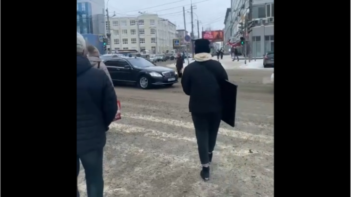Кортеж с мигалками не дал новосибирцам перейти Вокзальную магистраль на зелёный свет
