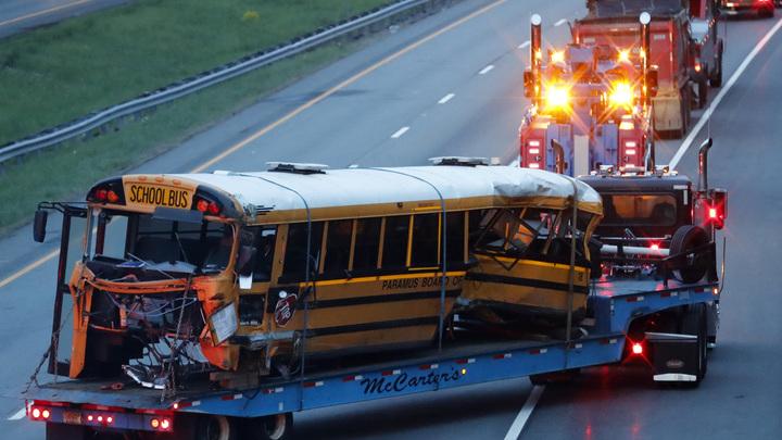 В США грузовик протаранил школьный автобус