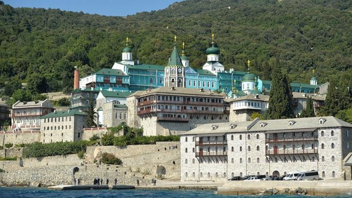 Делегация ПЦУ встретила жесткий отпор в Свято-Пантелеимоновом монастыре Афона