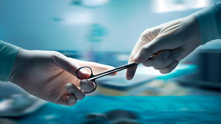 Увольнение уникального хирурга уже привело к смерти ребёнка. Что дальше?