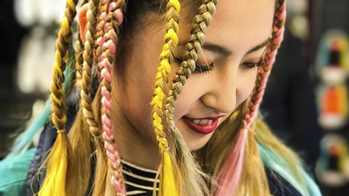 «Да хоть лысая пусть ходит»: Из-за школьницы «Мальвины» разгорелся спор в соцсетях