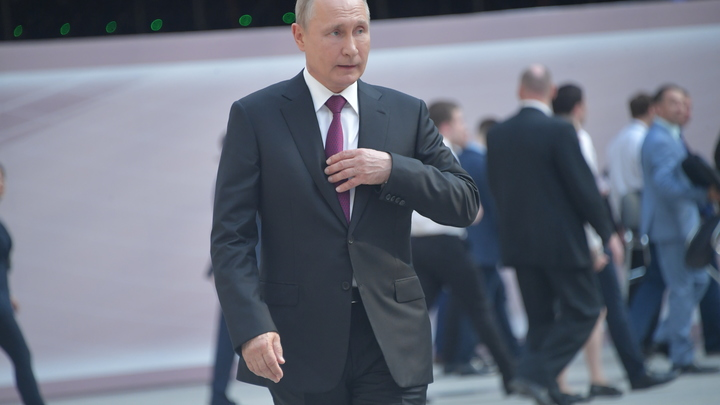 Опустился на колено и поцеловал руку: Галантный Путин встретился в Херсонесе с юными балеринами