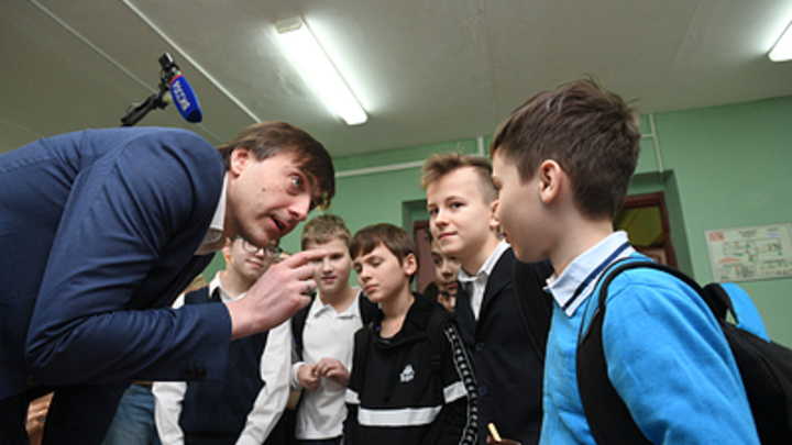 Собянин пошёл наперекор кабмину? Кравцов поставил крест на дистанционке в школах