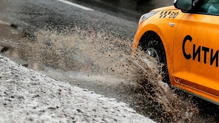 Такси с пассажирами врезалось в столб в Екатеринбурге
