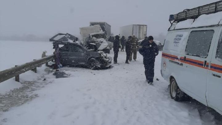 Массовое ДТП на заснеженной трассе в Ростовской области 15 января: есть погибшие и пострадавшие