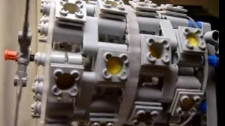 Из Lego собрали работающий двигатель бомбардировщика времен Великой Отечественной войны