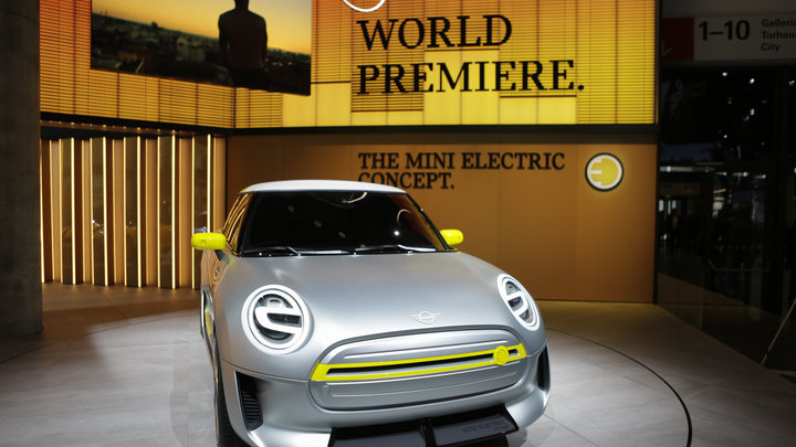 Назад к простоте: Автомобили Mini меняют логотип