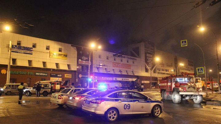 Вишня не для людей: Для спасения с парковки горящего ТЦ в Кемерове требовалось ее оплатить