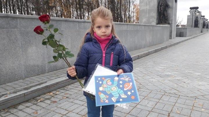 Она хотела отдать Леонову лично: Маленькая Соня пришла проститься с космонавтом с подарком