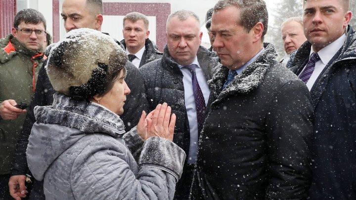 Меня костерят: Упавшая под ноги Медведеву алтайская пенсионерка пожаловалась на односельчан